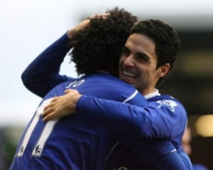 Arteta and Jo congratulate each other after a goal